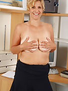 Busty MILF Tara from 30 plus Ladies.com performances away her shaven vagina