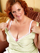 Redheaded BBW housewife strokes this girl all natural furry mature bush