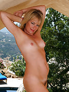 47 yr old Tina from 30 plus Ladies is actually nude and also spreading outdoors