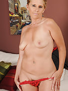After an extended day at the job 48 yr old Amanda Jean puts in the show