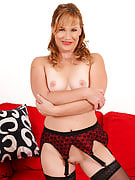 Fanged MILF Laura King after Nearly all Over 30 diddles her adult twat